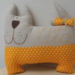 Oranžno-bel pes iz tekstila.