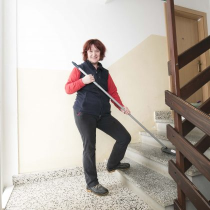 Uporabnica pometa stopnice.