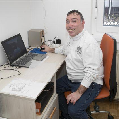 Uporabnik sedi za računalnikom.