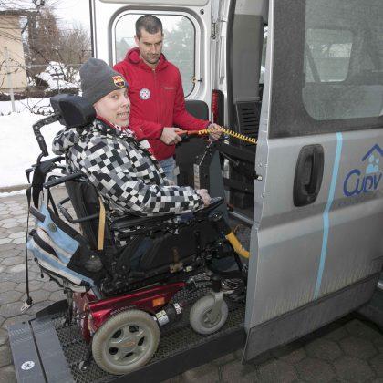 Uporabnik an invalidskem vozičku gre v kombi.