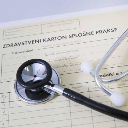Zdravstveni karton in stetoskop.
